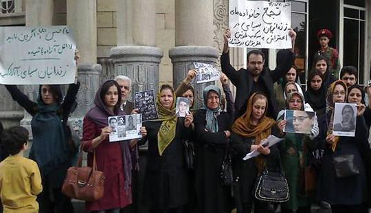 201442310540992617411_Families-of-political-prisoners-in-Tehran-