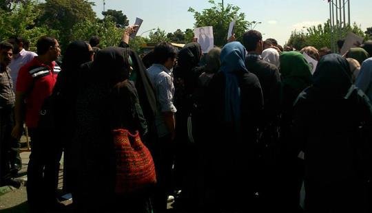 201442395731655283271_Families-of-Evin-Prison-inmates-protesting-in-Tehran (1)