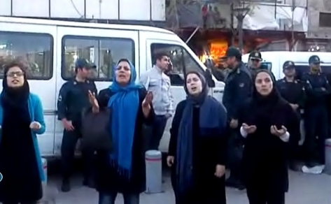 Families of arrested dervishes protesting to the arrest and torture of their loved ones