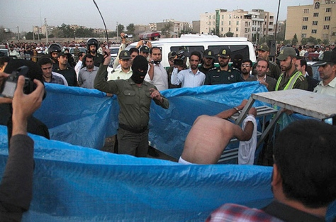 lashing-public-iran-6aug2014-before-hanging-500